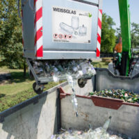 Glasrecycling, Glascontainer beim Kippen